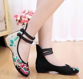 Sepatu model flat ankle strap untuk kaki besar wanita