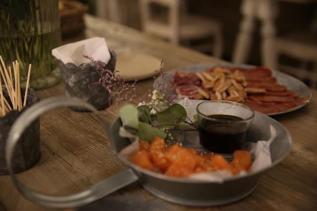 Salmón marinado y plato de embutidos