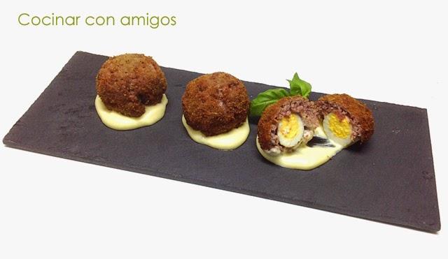 http://cocinarconamigos.blogspot.com.es/2014/06/huevos-escoceses-alioli.html