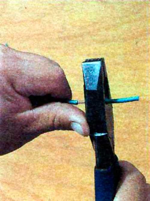 Instalaciones eléctricas residenciales - Empujando punta de aislamiento con cuchillas de pinza universal