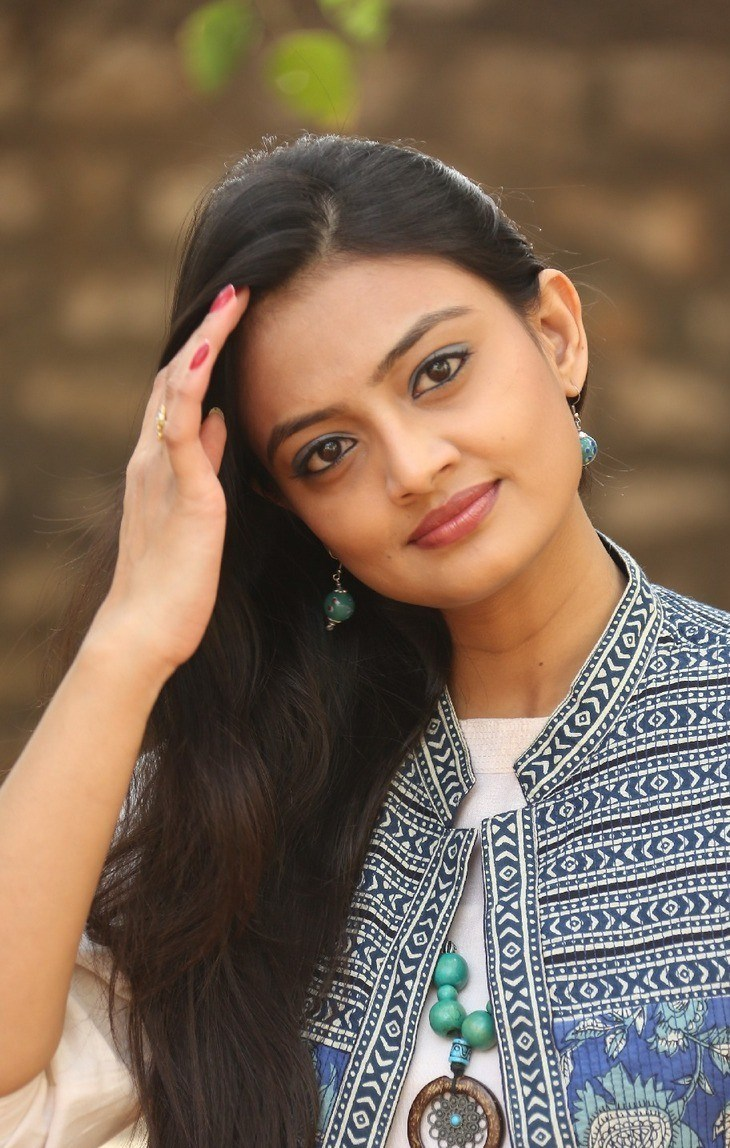 Tollywood Actress Nikitha Narayan Photoshoot In White Top Blue Jeans