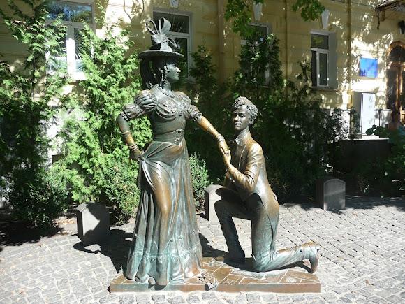 Киев. Памятник героям пьесы «За двумя зайцами»