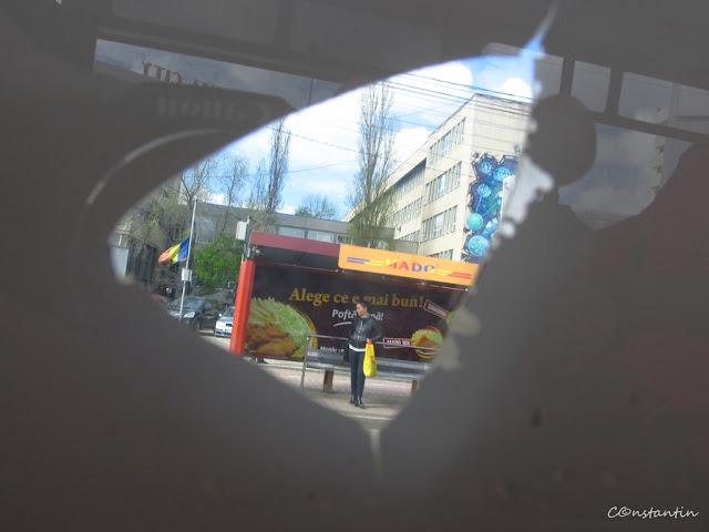 Fotografia printr-un banner pe fereastra unui tramvai - blog Foto-Ideea