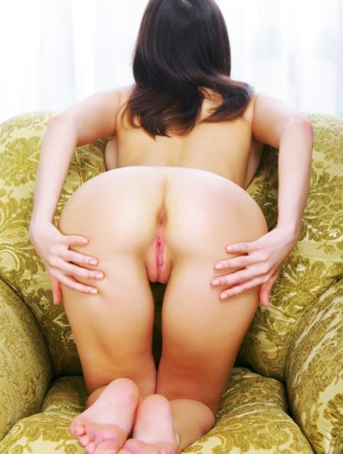 Фото эротики www.eroticaxxx.ru - Голая девушка с раскрытой розовой писей 18+ эротические открытые письки