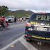 Caminhão tomba na BR-222 em Itapajé; Polícia usa spray de pimenta para evitar o furto da carga