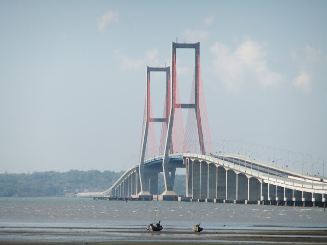 Jembatan Nasional Suramadu (singkatan dari Surabaya-Madura)