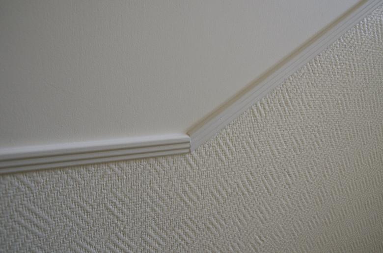 tapeta z włókna szklanego na klatce schodowej, wykończona listwą
