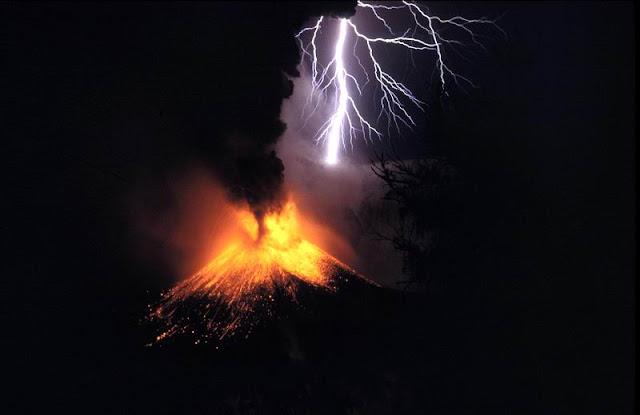 Petir vulkanik di atas letusan Gunung Rinjani.