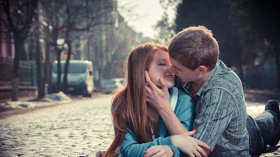 boy-girl-kissinglove-on-road-walls-images