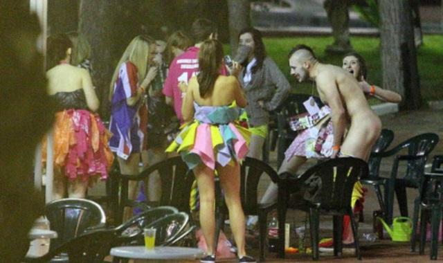 Αποτέλεσμα εικόνας για Μάλια τουρίστες γυμνοί