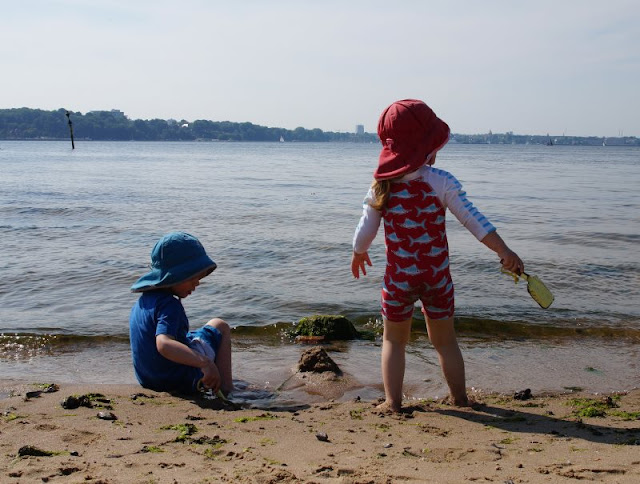So macht Lernen Spaß: Ein Picknick mit Zahlenkeksen am Strand. Die Kinder planschen gern im Meer, das macht Hunger und Appetit!