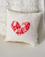http://translate.google.es/translate?hl=es&sl=en&tl=es&u=http%3A%2F%2Fwww.vanessachristenson.com%2F2011%2F01%2Fv-and-co-how-to-gathered-heart-pillow.html