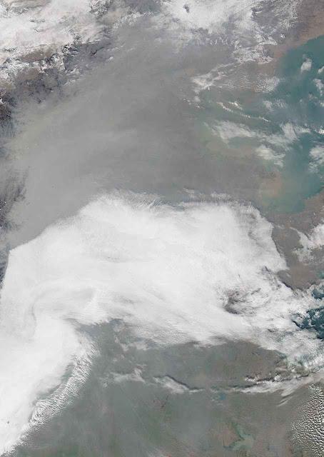 Por baixo da nuvem cinza moram centenas de milhões de chineses. Foto do Moderate Resolution Imaging Spectroradiometer da NASA.
