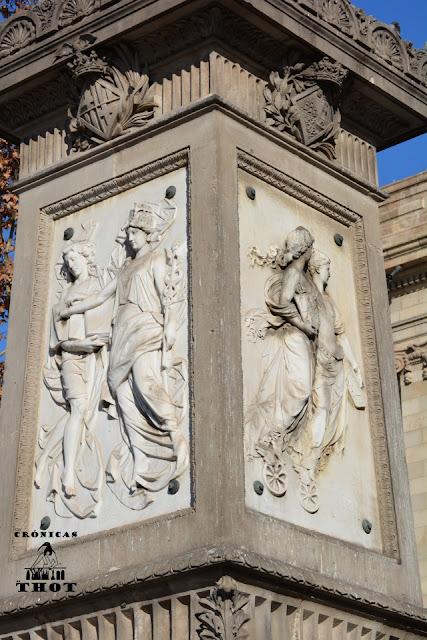 Relieves con representaciones de Hermes en la escultura a Antonio López, marqués de Comillas, en Barcelona