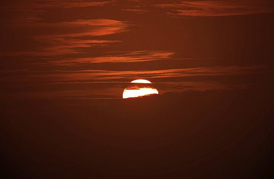 Słońce wyłania się co raz bardziej ponad chmurami.