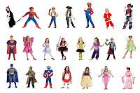 Çeşitli çizgi film ve masal kahramanlarının kostümlerini giymiş çocuklar