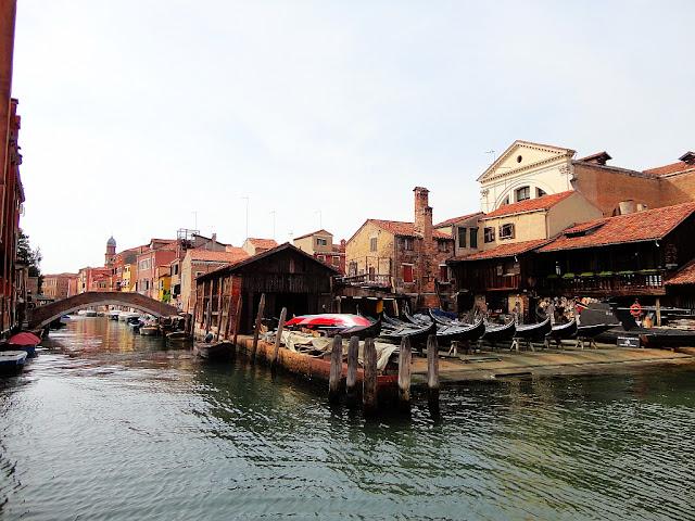 Squero San Trovaso. Jedna z posledních fungujících loděnic na výrobu gondol v Benátkách