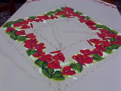 toalha de mesa de oxford bege com pintura de anturios vermelhos