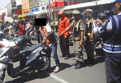 Sidak Parkir liar (yang pakai rompi oranye dan mukanya disensor) oleh petugas gabungan (strudelmalang.blogspot.com)