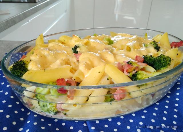 Zapiekanka makaronowa z brokułem i boczkiem