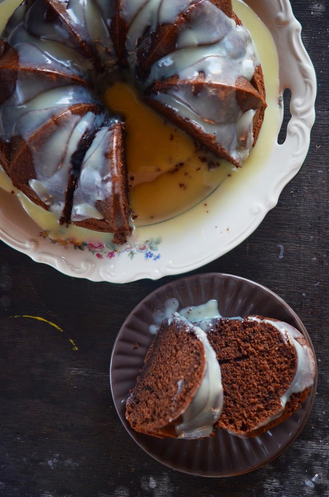 kakaowo-kawowa babka na oleju i z  polewą z białej czekolady
