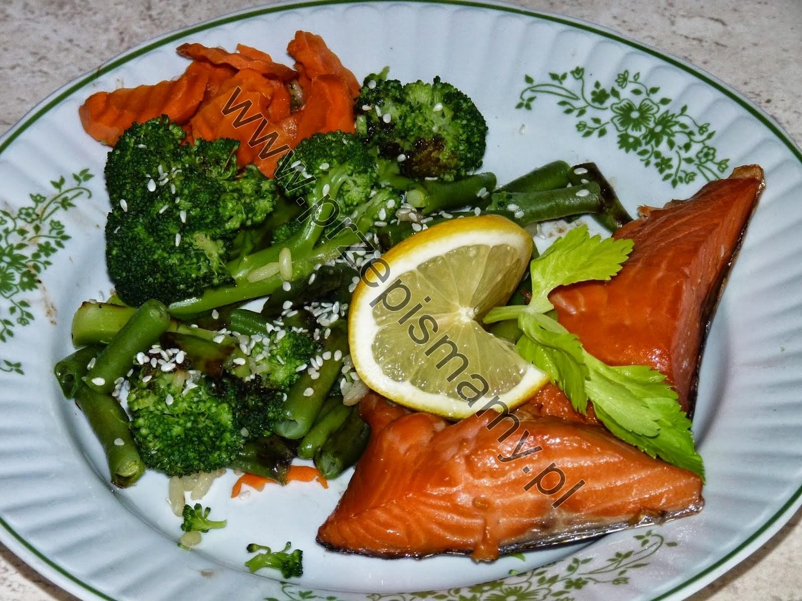 Łosoś z sałatką warzywną