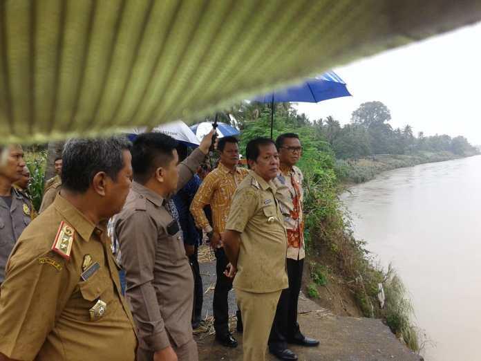 Gubernur Tinjau Sungai Walenae yang Rusak Parah