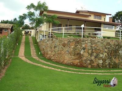 Construção do muro de pedra com pedra bruta com o caminho de pedra para a entrada de carros com a construção da residência em Itatiba-SP e a execução do paisagismo.