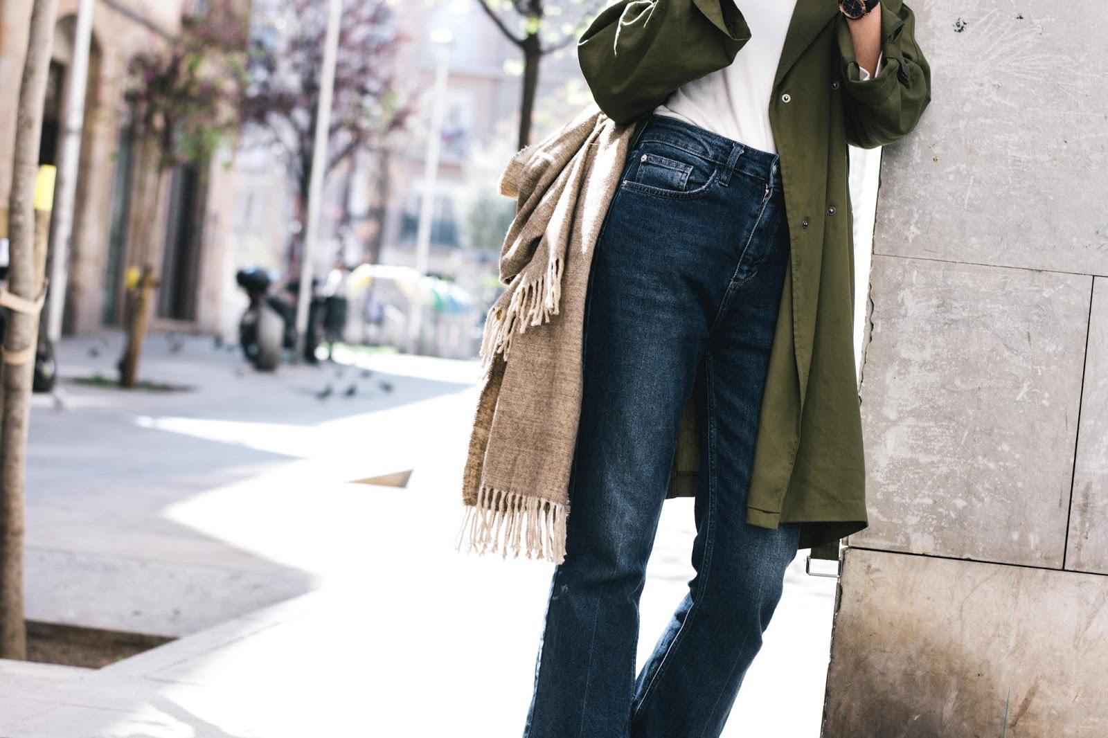 Jeans urban Outfiters, camiseta Mango, gabardina Topshop, sandalias Menbur