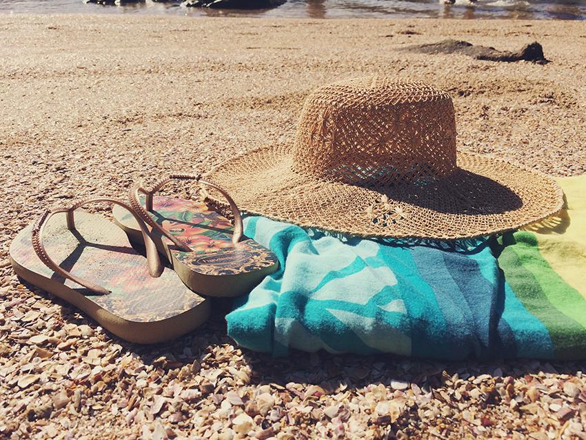 havaianas, canga e chapéu