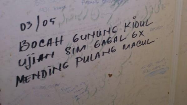 33 Meme Dan Gambar Tulisan Lucu Yang Ada Di Toilet Umum Ini Bisa