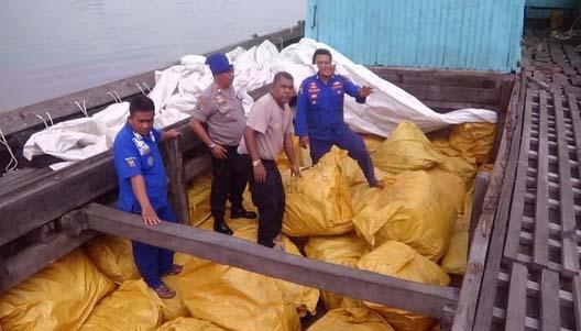 Petugas melakukan pengecekan barang selundupan yang diamankan di perairan Batubara.