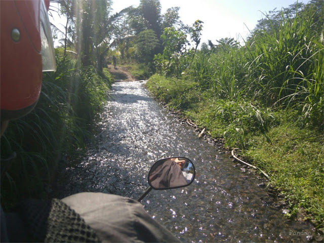 menyusuri sungai