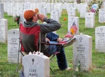 Auf Friedhof sitzen und Bier trinken - witzige Comedy Bilder