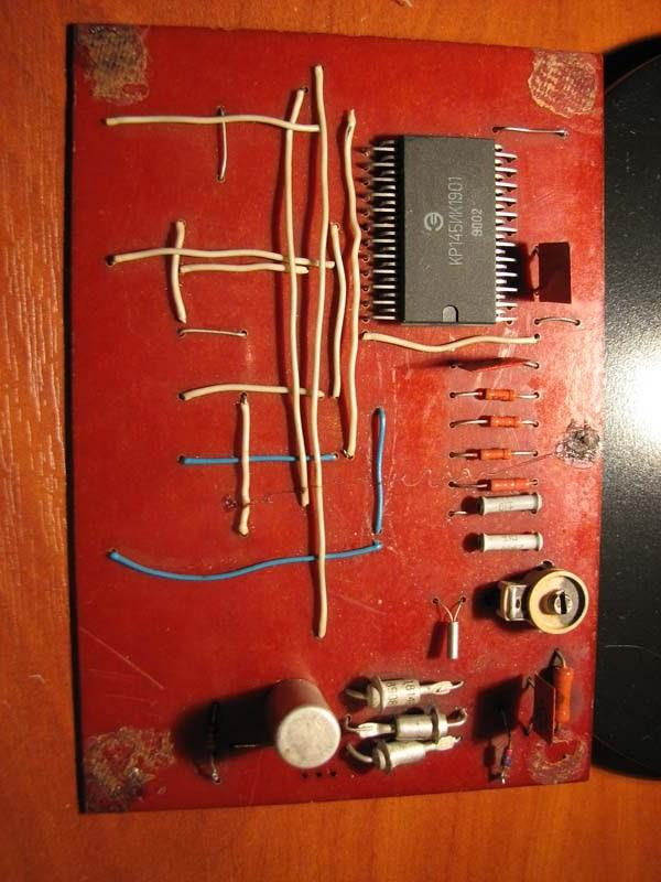 Генератор звукового сигнала собран на двух инверторах - элементе dd1.