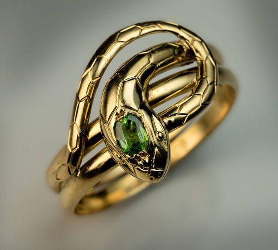 Anel de serpente com esmeraldas