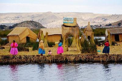 Fotos de mujeres al borde del Lago Titicaca