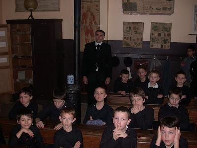 Photo du tournage du film « De Jules à Julien » dans l'école communale de garçons de la rue de l'est, actuel musée, 2004 (collection musée)