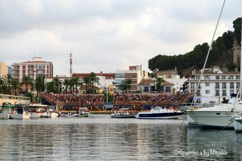 スペインの海の牛追い祭りのデニア港横に設置された牛追い会場