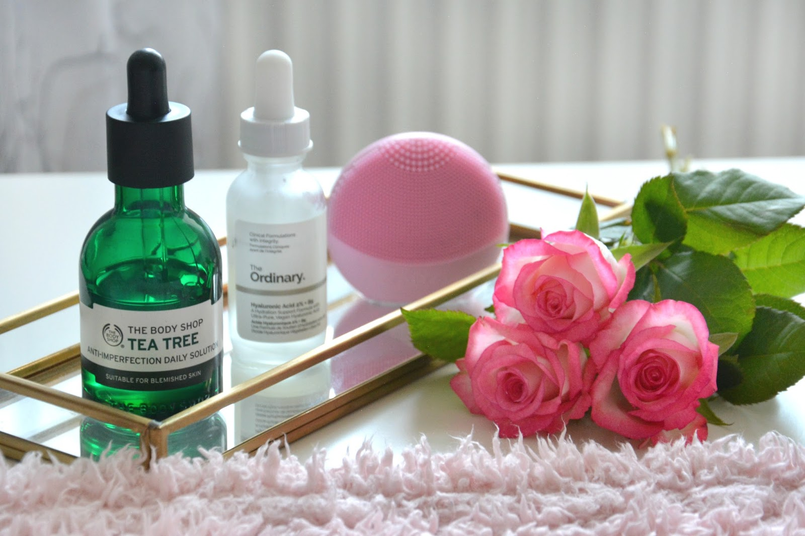 Pink Roses; The Body Shop Tea Tree Skin Clearing Daily Solution; The Ordinary Hyaluronic Acid; Forea Luna Play Plus