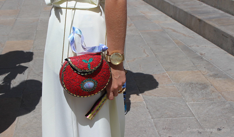 como-una-aparición-street-style-embellished-clutch-bag-fan-accesories-gold-summer-moda-en-calle-street-looks-colombian-bloggers-fashion-color
