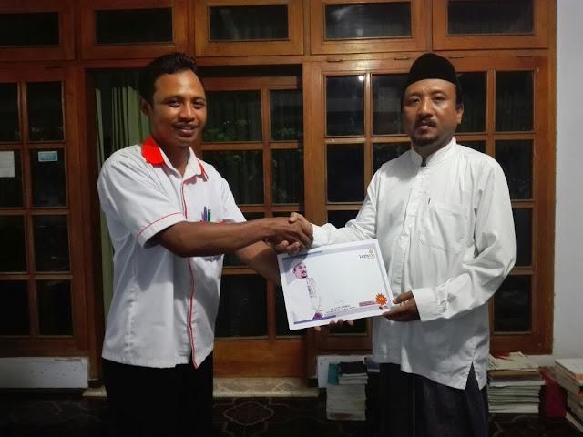 Kyai H. Lutfi Ahmad bersama Team Lazismu Jember