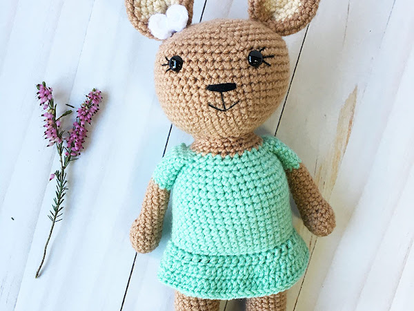Holly the Honey Bear- A Free Crochet Pattern
