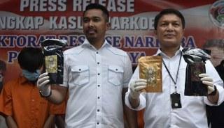 Direktorat reserse narkoba Kepolisian daerah Metro Jaya merilis 10,5 kilogram narkotika jenis tembakau gorilla barang bukti tersebut diperoleh dari hasil penangkapan 2 orang tersangka AAF dan MY