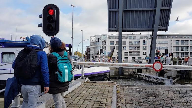 在運河邊等船隻通過,橋樑放下讓車輛行人通行