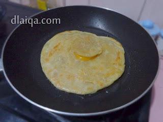 taruh roti canai di atas telur