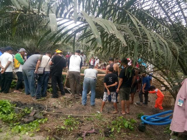 Warga menyakskan penggalian sumur tempat pembuangan keluarga Kesultanan Asahan.