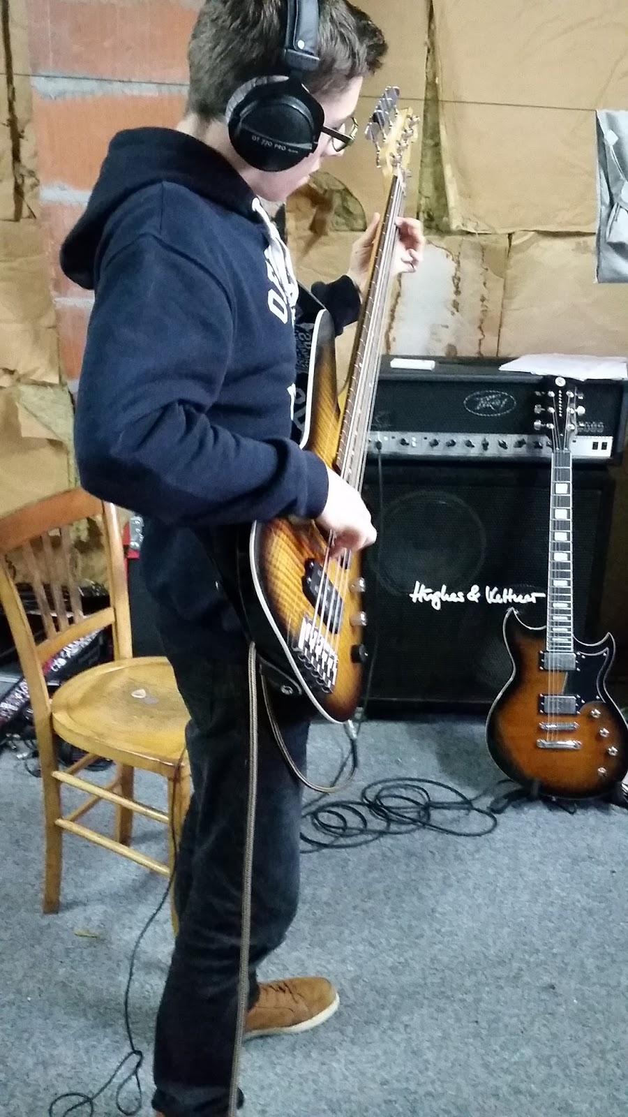 Gwenolé en enregistrement à la basse sur un titre Rock 'n' Roll Celtique Punk-Folk en breton