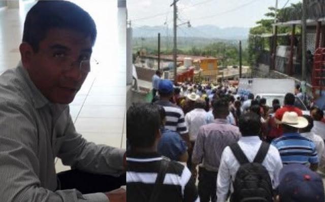 A pedradas corren ciudadanos a su presidente municipal por corrupto.