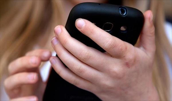 طفلة الـ 14 عاماً ,تسلّمت هاتفاً خلويّاً من والدها,وهذا كان مصيرها.!!